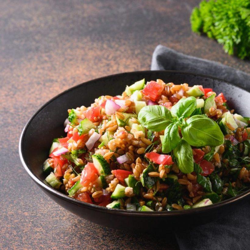 Insalata di farro con provolone e verdure saltate